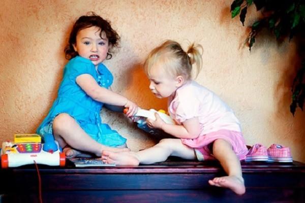 Sai lầm của gia đình làm tổn thương trẻ, khiến trẻ thù địch em - ảnh 1