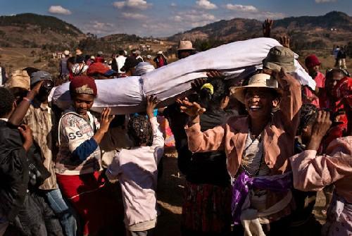 Tục nhảy múa cùng 'xác chết' ở Madagasca - ảnh 1
