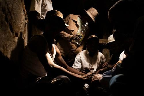 Tục nhảy múa cùng 'xác chết' ở Madagasca - ảnh 2