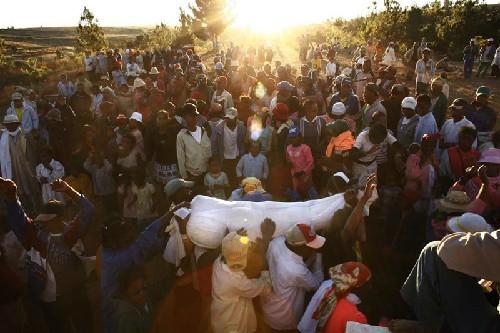 Tục nhảy múa cùng 'xác chết' ở Madagasca - ảnh 3