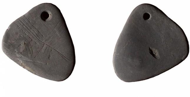 Tìm thấy mặt dây chuyền 11.000 năm tuổi chạm khắc bí ẩn ở Anh - ảnh 1