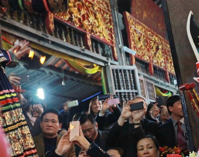 Khi các Đại sứ nước ngoài 'mê' hầu đồng ở Việt Nam - ảnh 3