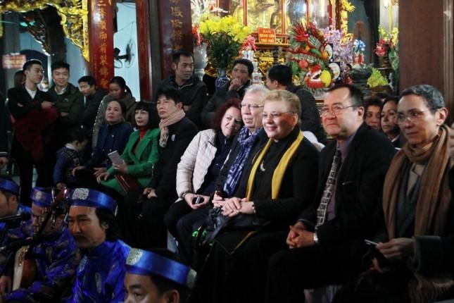 Khi các Đại sứ nước ngoài 'mê' hầu đồng ở Việt Nam - ảnh 1