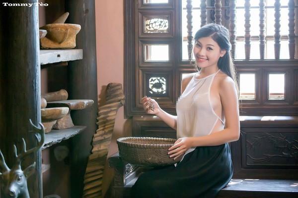 Dân mạng 'sốt sình sịch' với 'Cô lang y' diện áo yếm mỏng tang - ảnh 1
