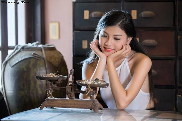 Dân mạng 'sốt sình sịch' với 'Cô lang y' diện áo yếm mỏng tang - ảnh 2