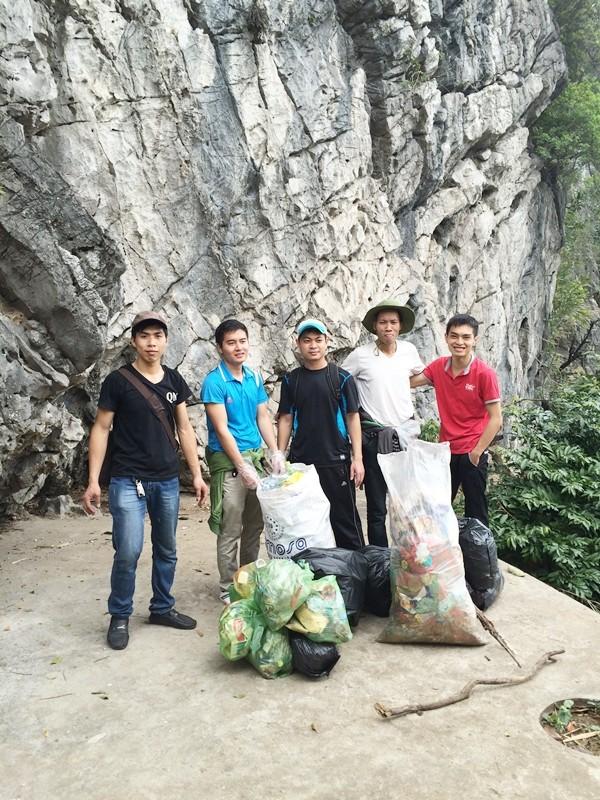 Cận cảnh bia đá lịch sử trên núi Bài Thơ bị viết bậy chi chít - ảnh 4