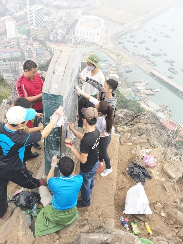 Cận cảnh bia đá lịch sử trên núi Bài Thơ bị viết bậy chi chít - ảnh 3