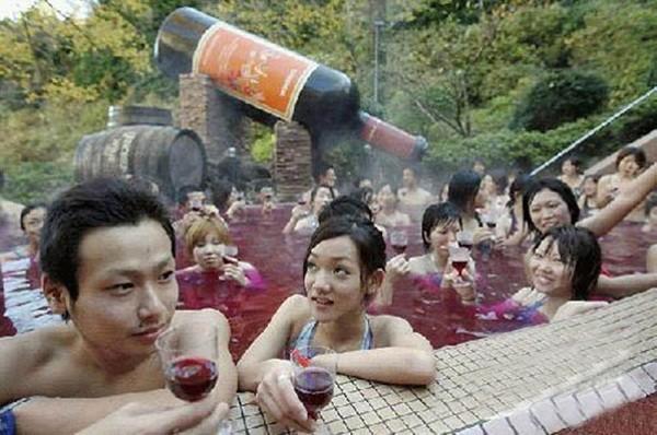 Xem văn hóa đặc sắc nam - nữ tắm chung của người Nhật - ảnh 1
