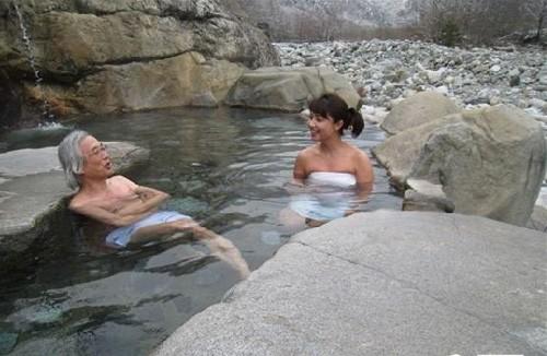 Xem văn hóa đặc sắc nam - nữ tắm chung của người Nhật - ảnh 3