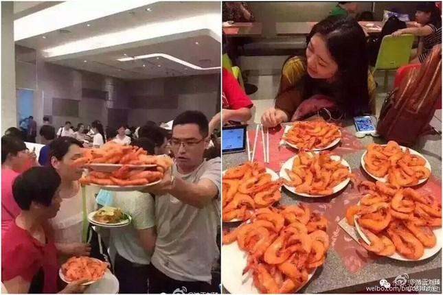 Cư dân mạng phẫn nộ vì du khách Trung Quốc quá tham ăn - ảnh 1
