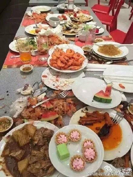 Cư dân mạng phẫn nộ vì du khách Trung Quốc quá tham ăn - ảnh 2