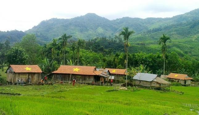 Quảng Ngãi: Ngôi làng độc nhất vẽ sao vàng trên ngói đỏ - ảnh 1