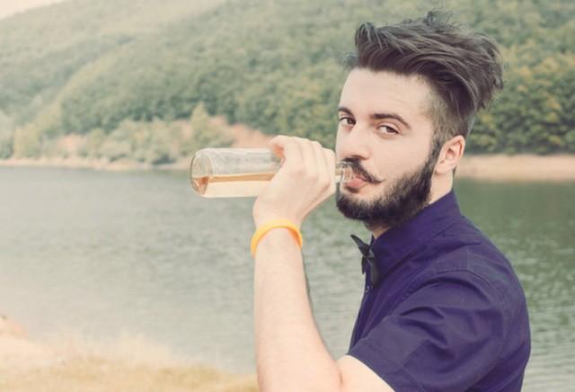 Lương 12.000 USD, chỉ uống bia và đi du lịch - ảnh 1