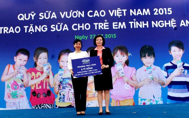Quỹ sữa vươn cao VN đến với con em gia đình chính sách - ảnh 1