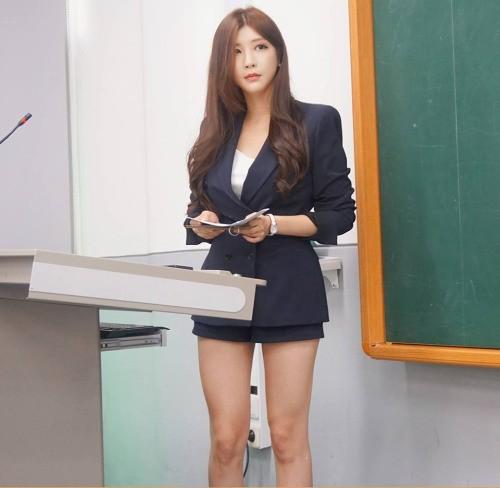 Nữ giảng viên chân dài 'mét mốt' khiến sinh viên mê mẩn - ảnh 1