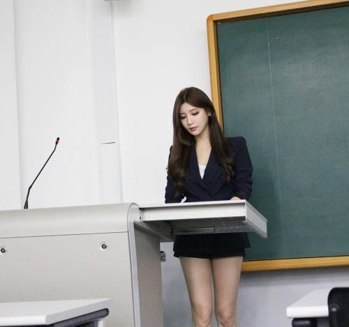 Nữ giảng viên chân dài 'mét mốt' khiến sinh viên mê mẩn - ảnh 2