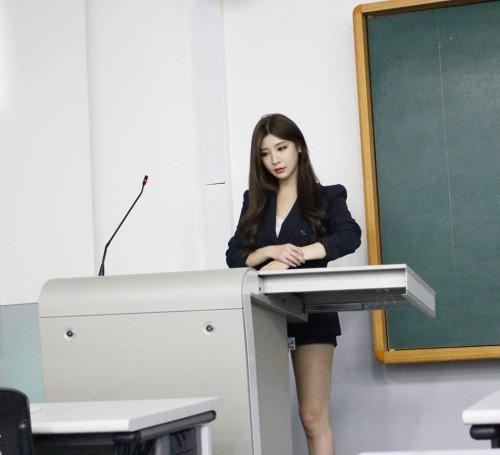 Nữ giảng viên chân dài 'mét mốt' khiến sinh viên mê mẩn - ảnh 3