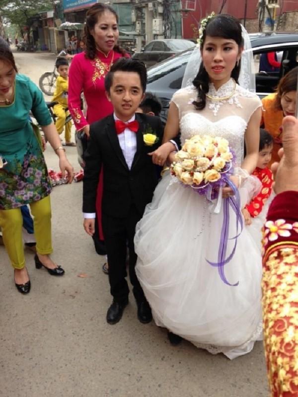 Đám cưới của 'chú rể tí hon' và 'cô dâu khổng lồ' gây bão mạng - ảnh 2