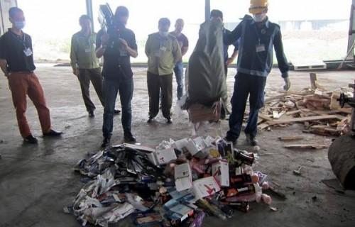 Tiêu hủy 12 tấn tấn thuốc lá, bình cứu hỏa không rõ nguồn gốc - ảnh 2