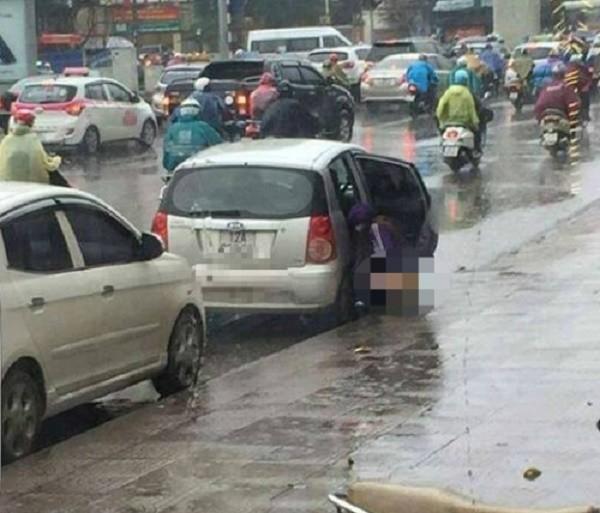 Phản cảm người phụ nữ thản nhiên 'tè bậy' giữa đường phố Hà Nội - ảnh 1