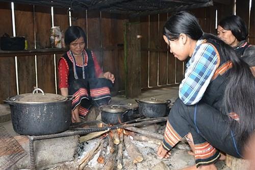 Ngôi làng phụ nữ 'thỏa thích' bắt trai trẻ làm... chồng - ảnh 2