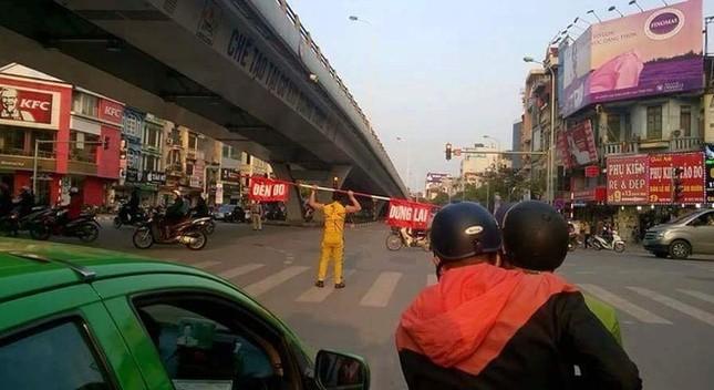 Xôn xao hành động kỳ lạ của người đàn ông giữa phố Hà Nội - ảnh 1