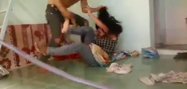 Phẫn nộ cảnh người chồng đấm đá, dùng roi điện đánh đập vợ dã man - ảnh 2