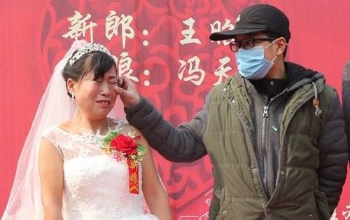 Nghẹn ngào chuyện chàng trai ung thư  tổ chức đám cưới cho mẹ - ảnh 3