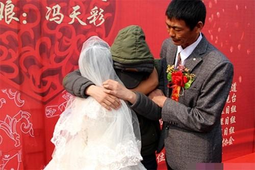 Nghẹn ngào chuyện chàng trai ung thư  tổ chức đám cưới cho mẹ - ảnh 1