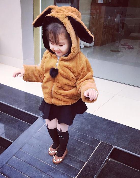 Bé gái 3 tuổi ở Tuyên Quang ăn mặc 'già trước tuổi' gây sốt mạng - ảnh 7
