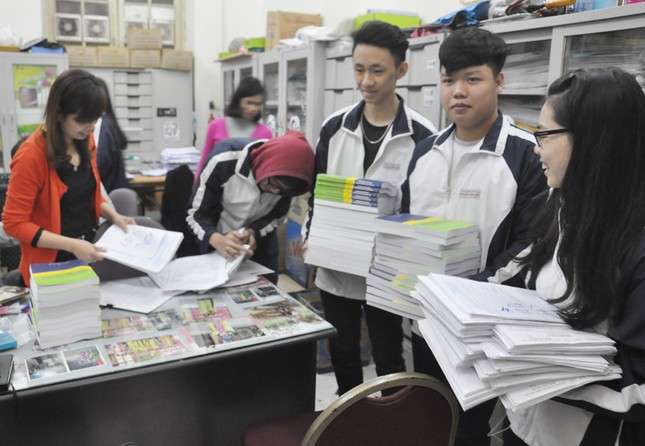 Ngày đầu có HS mua 10 bộ hồ sơ thi THPT quốc gia - ảnh 1