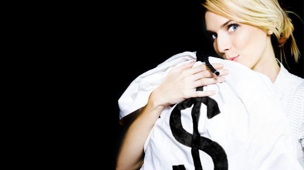Vợ kiếm tiền giỏi hơn chồng là mang tội to lắm? - ảnh 1