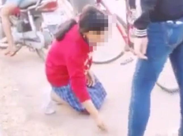 Thiếu nữ ép học sinh lớp 7 quỳ xuống đất, bốc cát ăn - ảnh 1