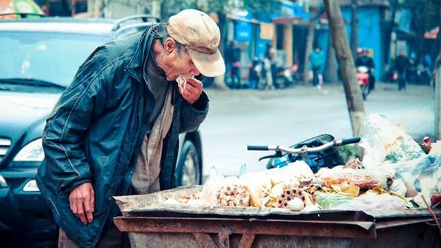 Xúc động trước hình ảnh 'ông lão nhặt thức ăn từ thùng rác'  - ảnh 1