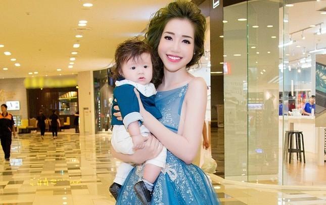 Elly Trần ôm ấp quý tử nhỏ thành tâm điểm giữa lượng fan khổng lồ - ảnh 1