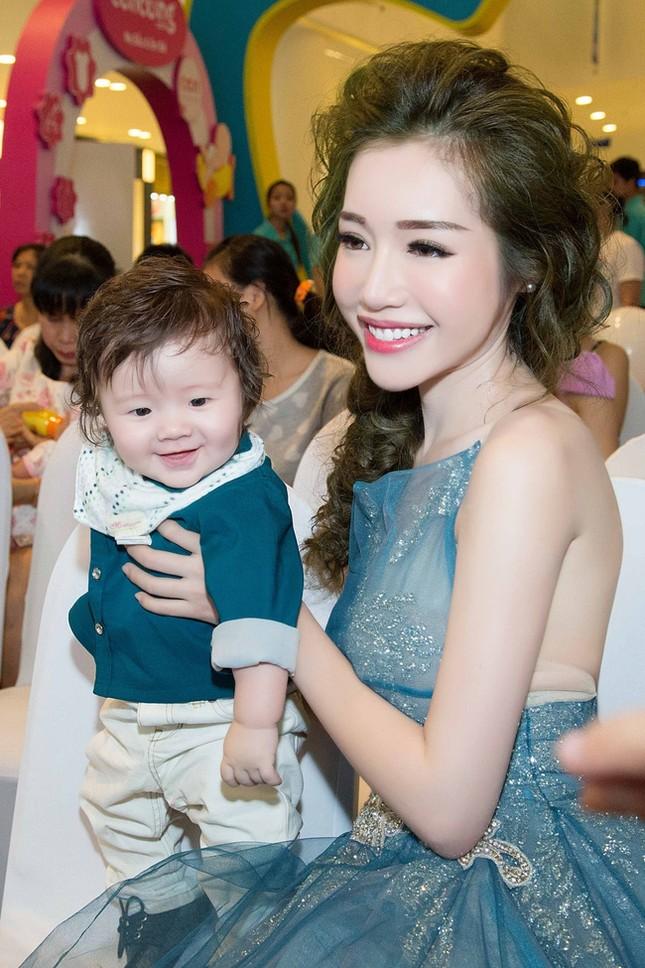 Elly Trần ôm ấp quý tử nhỏ thành tâm điểm giữa lượng fan khổng lồ - ảnh 2
