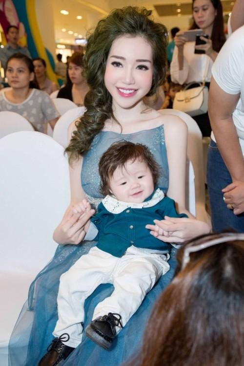 Elly Trần ôm ấp quý tử nhỏ thành tâm điểm giữa lượng fan khổng lồ - ảnh 4