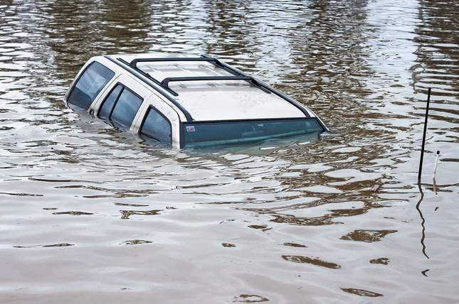 Làm thế nào để thoát chết khi ô tô lao xuống sông, hồ? - ảnh 1