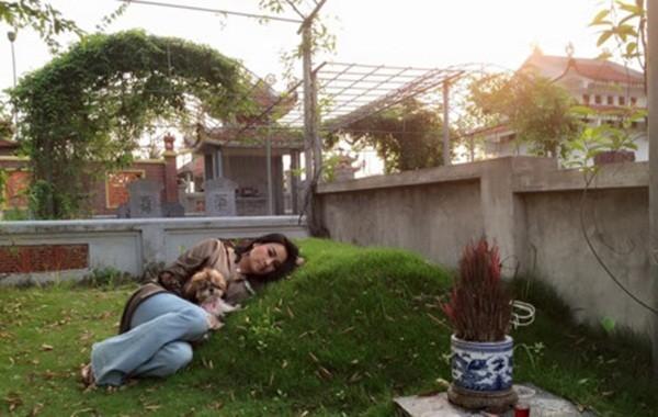 Thanh Lam gối đầu nằm bên mộ cha khiến nhiều người xúc động - ảnh 1