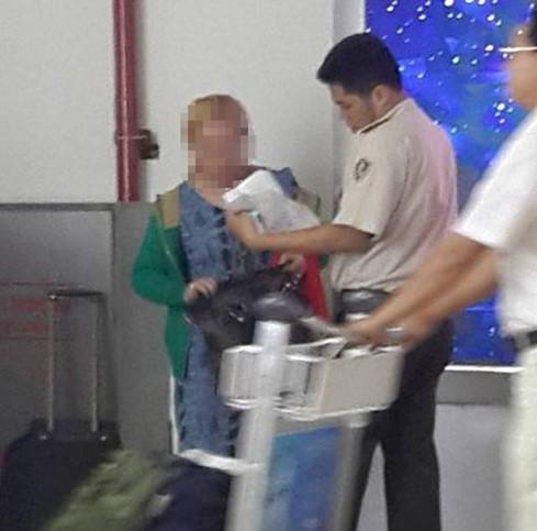 Đau lòng cảnh bé bị bạo hành mẹ thản nhiên đứng nhìn ở sân bay - ảnh 3
