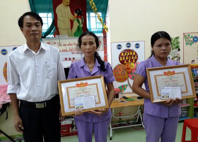 Tặng Giấy khen cho 2 cô giáo bảo vệ học sinh trước đàn ong rừng - ảnh 1