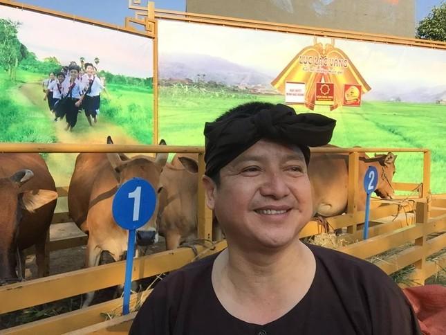 Chí Trung chân chất thế Minh Béo trao bò Lục lạc vàng cho bà con - ảnh 3