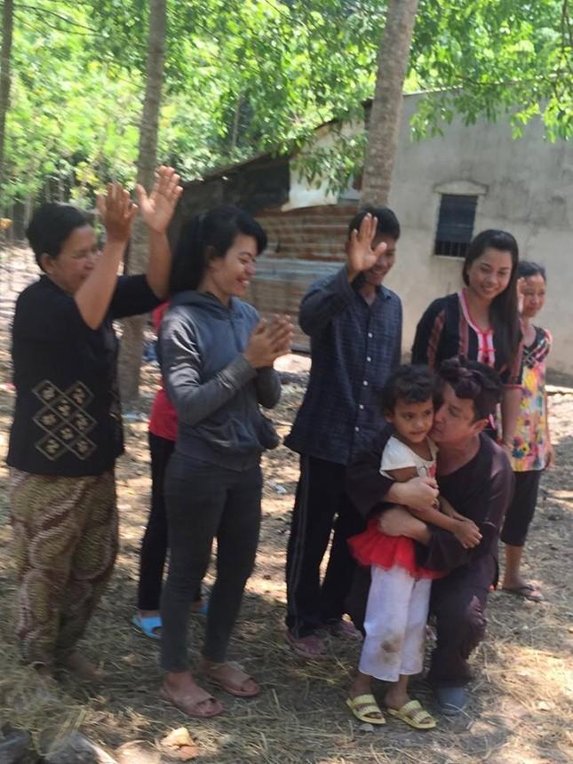 Chí Trung chân chất thế Minh Béo trao bò Lục lạc vàng cho bà con - ảnh 4