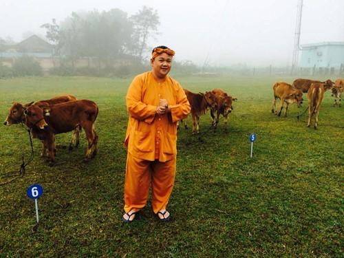 Chí Trung chân chất thế Minh Béo trao bò Lục lạc vàng cho bà con - ảnh 2