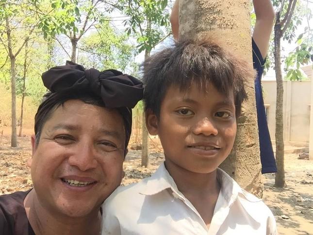 Chí Trung chân chất thế Minh Béo trao bò Lục lạc vàng cho bà con - ảnh 8