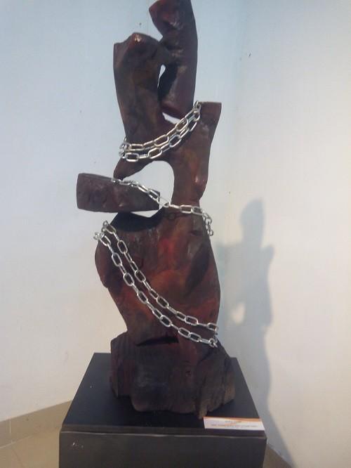 'Tái sinh' cây gạo 300 năm tuổi bằng nghệ thuật điêu khắc - ảnh 2