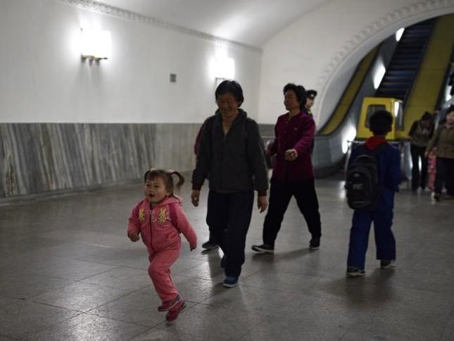 Những bức ảnh hiếm hoi chụp ở ga tàu điện ngầm Triều Tiên - ảnh 9