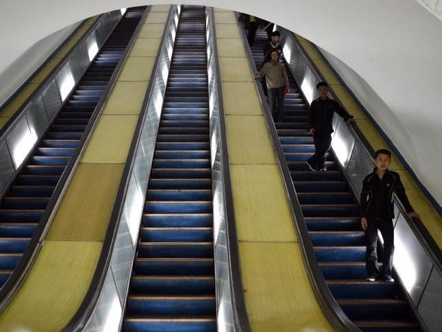 Những bức ảnh hiếm hoi chụp ở ga tàu điện ngầm Triều Tiên - ảnh 8
