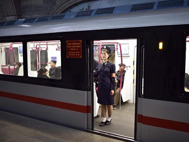 Những bức ảnh hiếm hoi chụp ở ga tàu điện ngầm Triều Tiên - ảnh 7