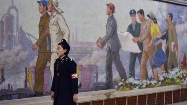 Những bức ảnh hiếm hoi chụp ở ga tàu điện ngầm Triều Tiên - ảnh 1